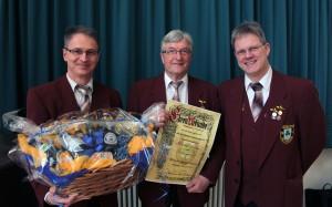 Zum Ehrenmitglied ernannt: Friedel Braun (mi.) mit dem Vorstand Oliver Eschelbacher (re) und seinem Stellvertreter Reiner Knopf.