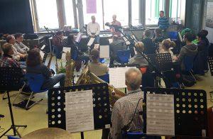 34 gespannte und hochkonzentrierte Musiker
