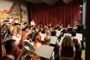 """Bunte Vögel, wilde Affen, Tarzan und Kannibalen: Der Musikverein Rettigheim weckte in seinem Winterkonzert die unterschiedlichsten Assoziationen und heizte dem Publikum unter dem Motto """"Tierisch und Tropisch"""" mächtig ein."""